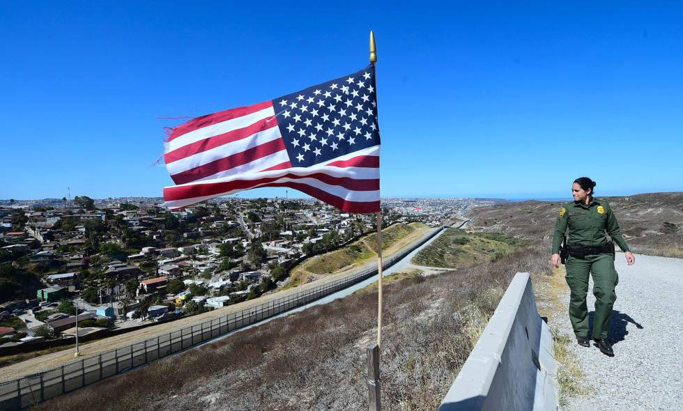 Una agente en la frontera entre Estados Unidos y México en la zona de California