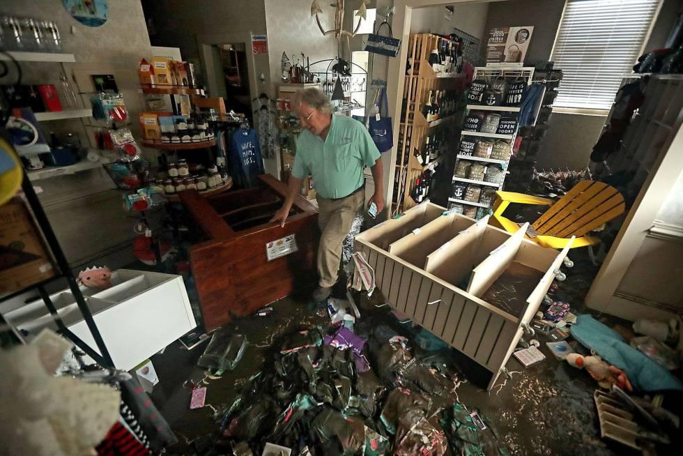 Bill Wheeler en su negocio tras el paso del huracán Florence en New Bern, Carolina del Norte.