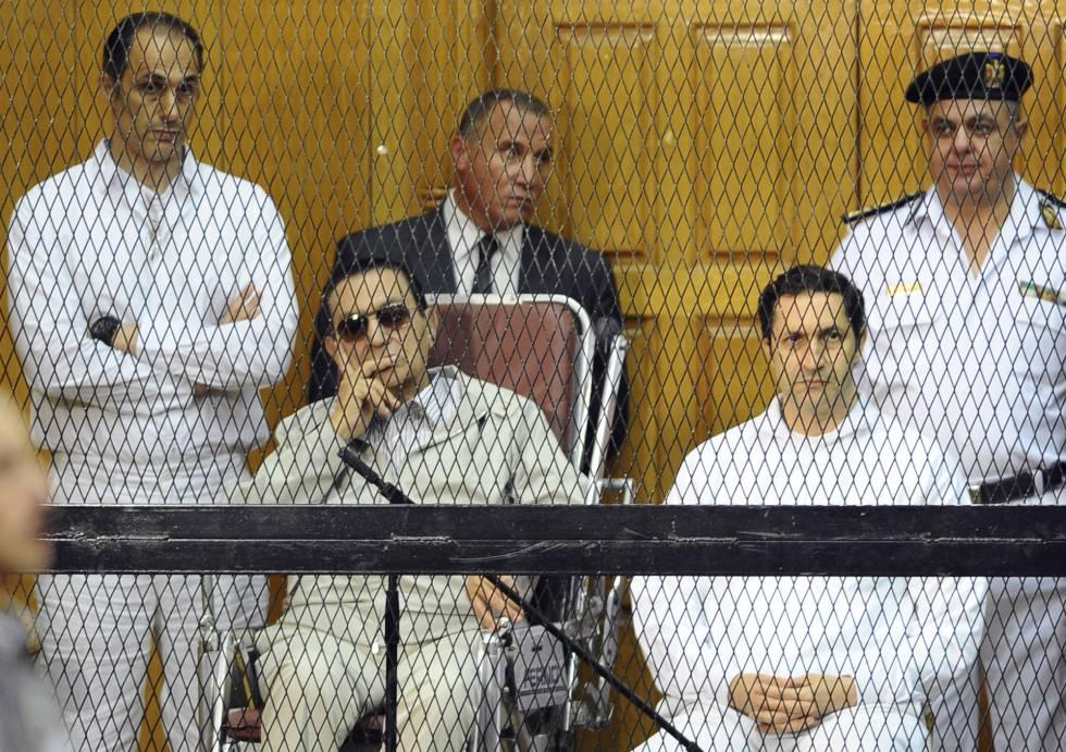 Los hijos de Hosni Mubarak flanqueando al exdictador en una fotografía de archivo. Gamal, situado a la izquierda, y Alaa, a la derecha
