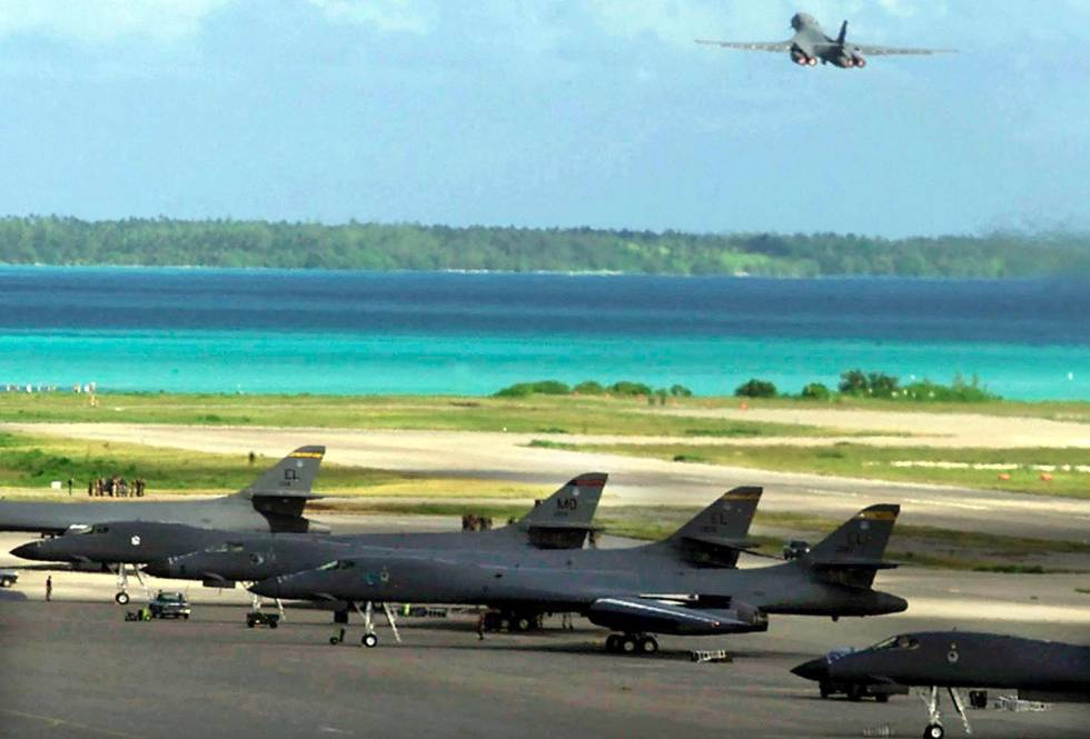 Un avión militar de EE UU sale de la isla de DIego García, durante la ofensiva en Afganistán, en octubre de 2001.