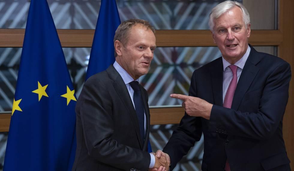 El presidente del Consejo Europeo, Donald Tusk, junto al negociador comunitario del Brexit, Michel Barnier, el 13 de septiembre de 2018 en Bruselas.