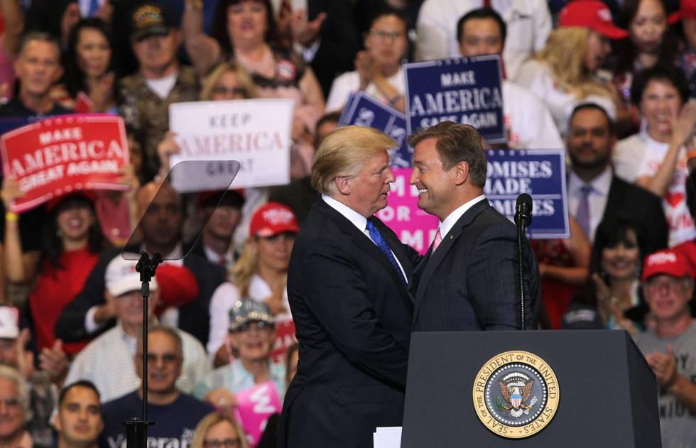 Donald Trump, con el senador Dean Heller el jueves en Las Vegas.
