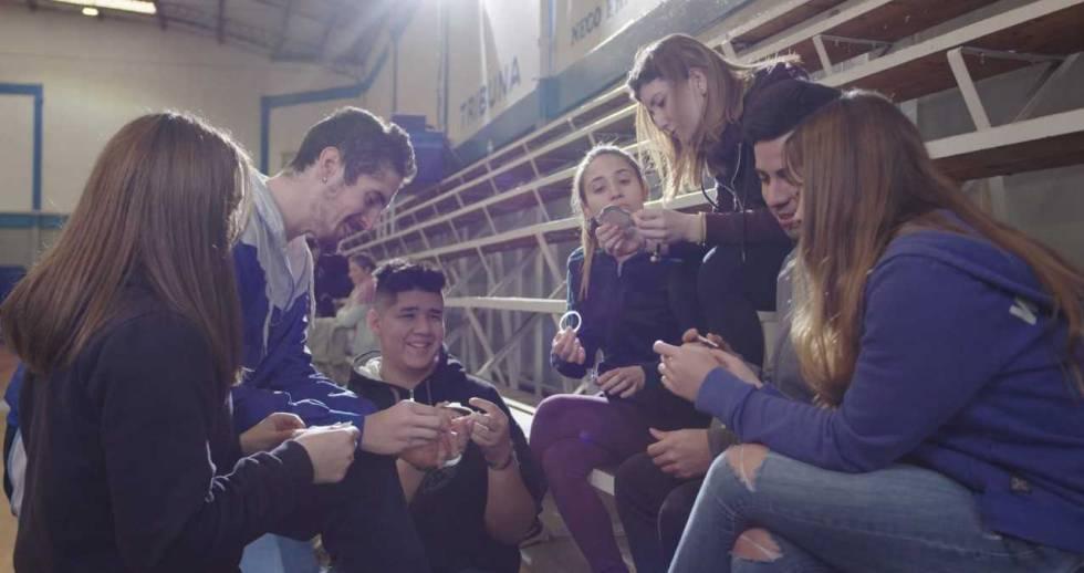 Adolescentes argentinos observan métodos anticonceptivos.