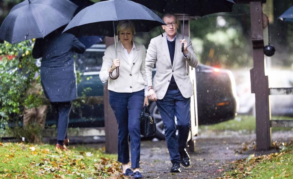 Theresa May y su esposo, Philip, llegan a una iglesia en Maidenhead este domingo.