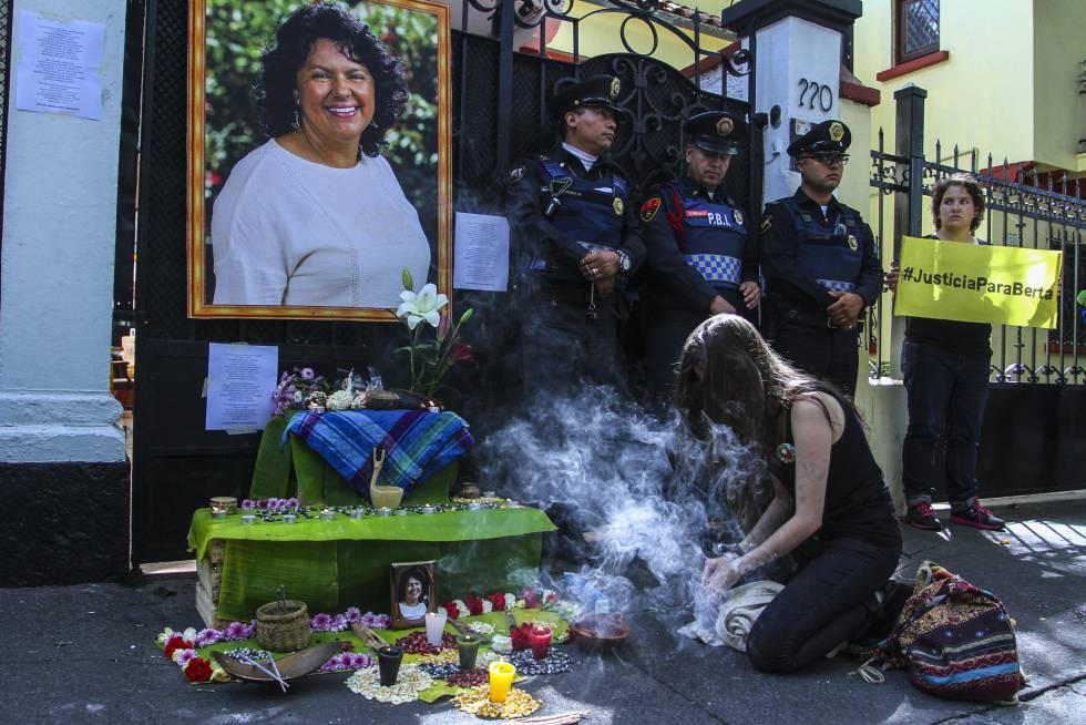 Manifestantes en la embajada de Honduras en México por el asesinato de Berta Cáceres.