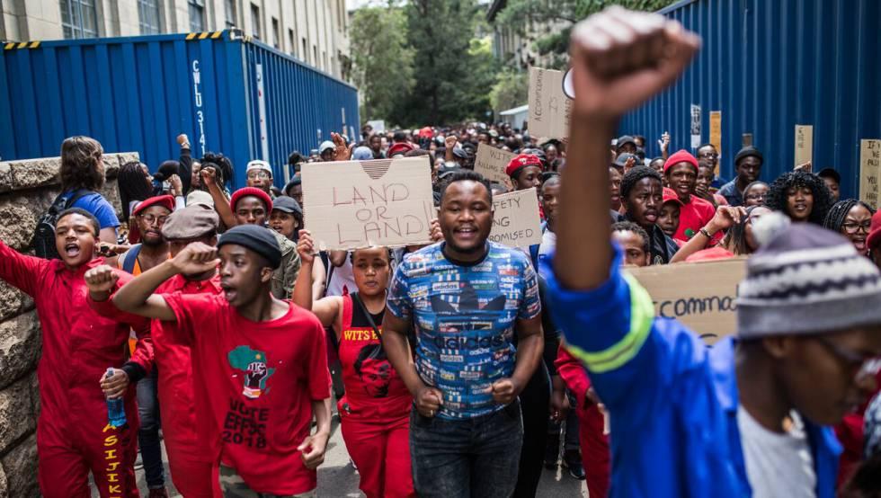 Varios estudiantes se manifiestan en Johanesburgo en demanda de residencias universitarias.