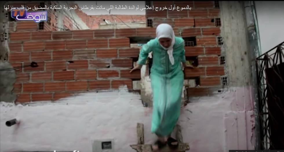 La madre de Hayat baja baja mediante una escalera de madera a una habitación de su casa. © Chouf TV