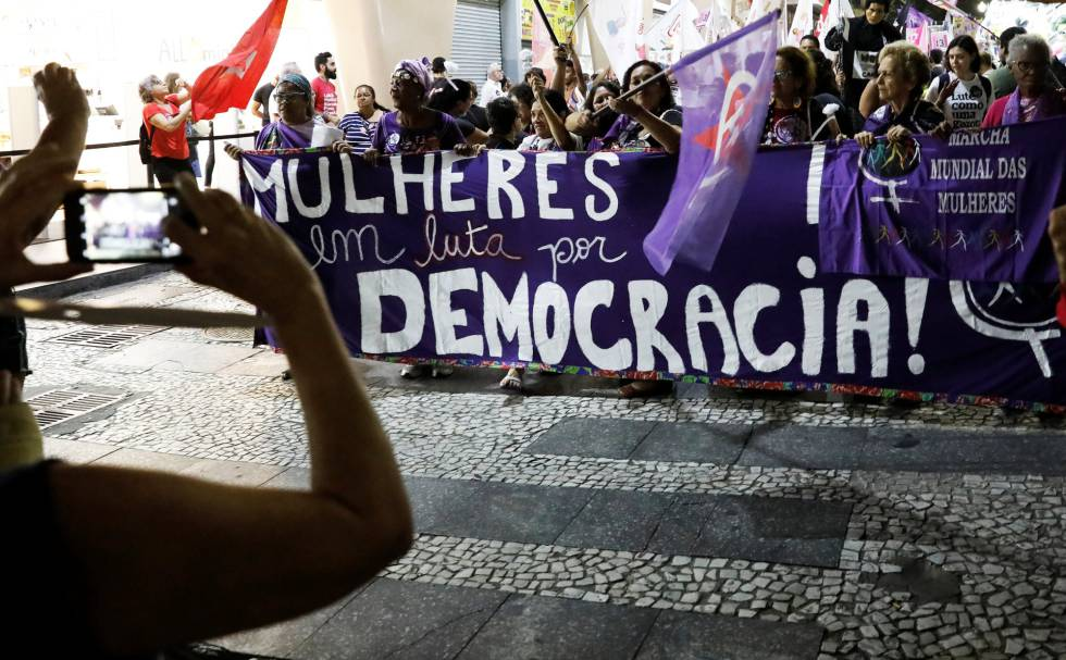 Un grupo de mujeres se manifiesta contra Bolsonaro este miércoles.