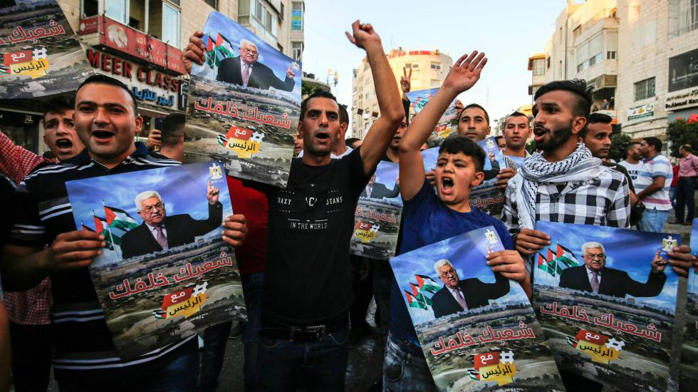 Un grupo de cisjordanos celebran la intervención del presidente palestino Abbas ante la Asamblea General de la ONU, el pasado jueves.