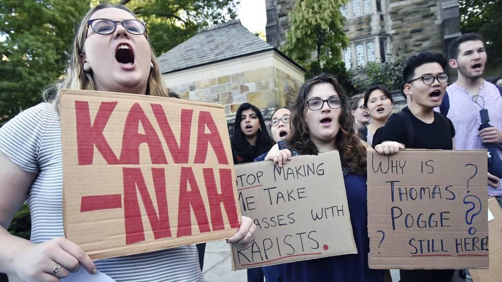 Estudiantes protestan contra Kavanaughen el campus de la Universidad de Yale.