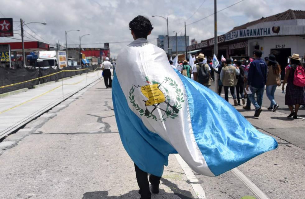 Un joven participa en una protesta contra el Presidente Jimmy Morales en Guatemala