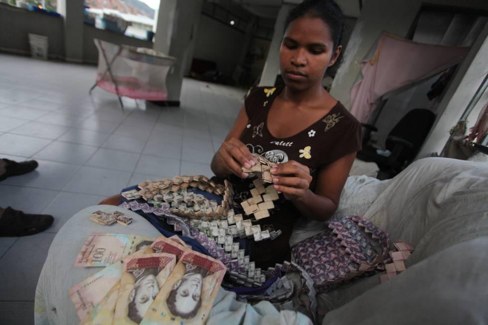 La costurera Wilmarys Pacheco cose carteras y accesorios con bolívares en el oeste de Caracas.