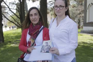 Lorna y Víctoria muestran una foto de su tío, el soldado Rubén Márquez.