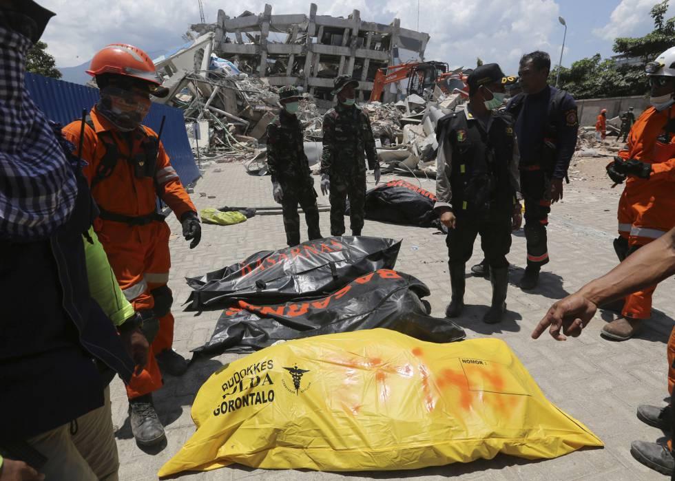 Los equipos de rescate recuperan cadáveres, este miércoles en Palu.