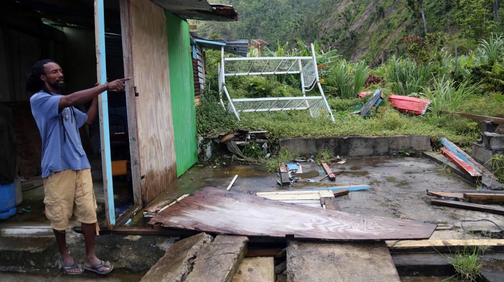 Destrozos dejados por el huracán María en Dominica en 2017.