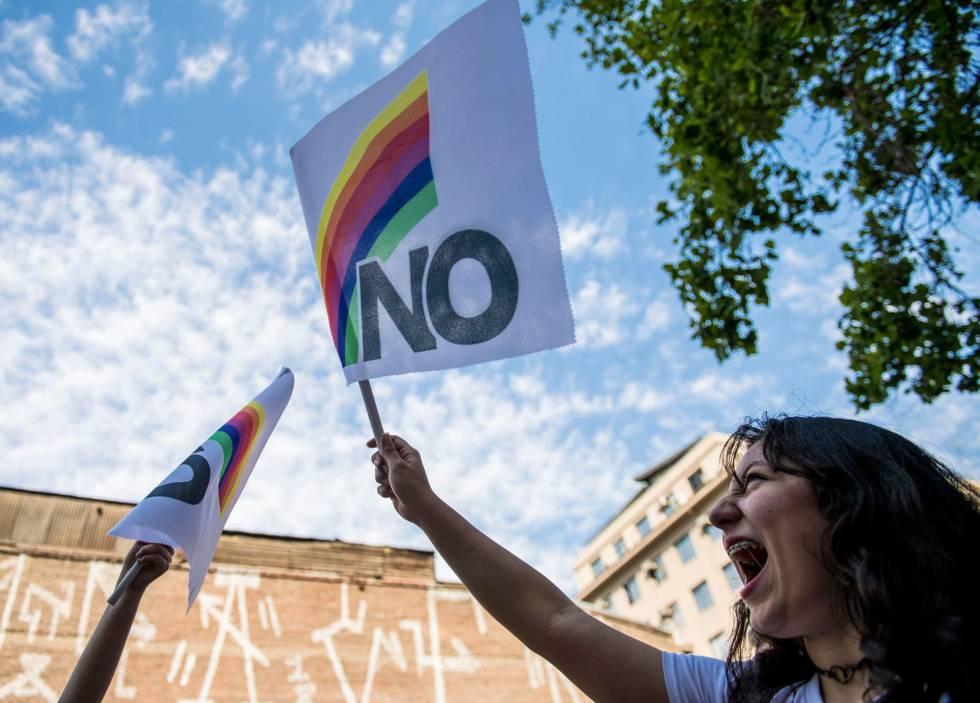 e57e37e04d407 Una mujer porta una bandera de repudio a Pinochet a 30 años del plebiscito  que puso