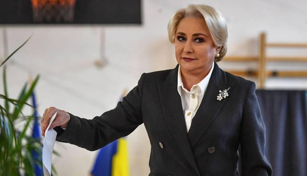 La primera ministra, Viorica Dancila, votando en el referéndum sobre el veto al matrimonio igualitario.