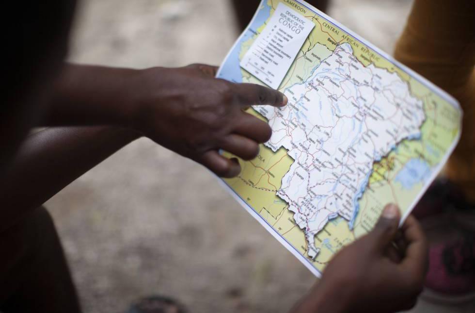 Un grupo de jóvenes muestra la ruta de su travesía hasta México.