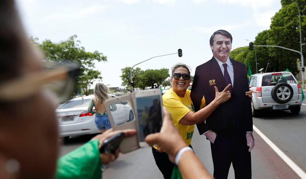 Dos seguidoras de Bolsonaro se fotografían junto a una figura de cartón del candidato ultraderechista.