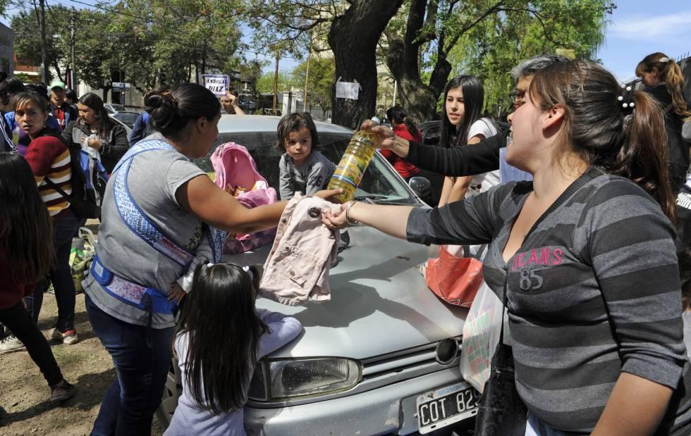 Mujeres intercambian distintos productos en un club de trueque de Moreno.