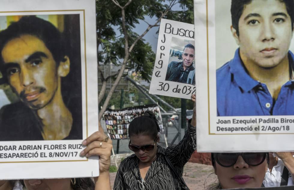 Familiares de personas desparecidas protestando a las afueras del Instituto Jalisciense de ciencias forenses.