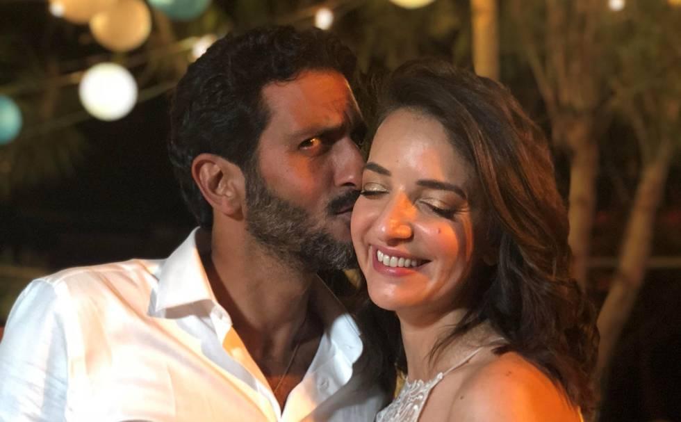 La periodista Lucy Aharish y el actor Tsahi Halev, el martes tras su boda en Israel.
