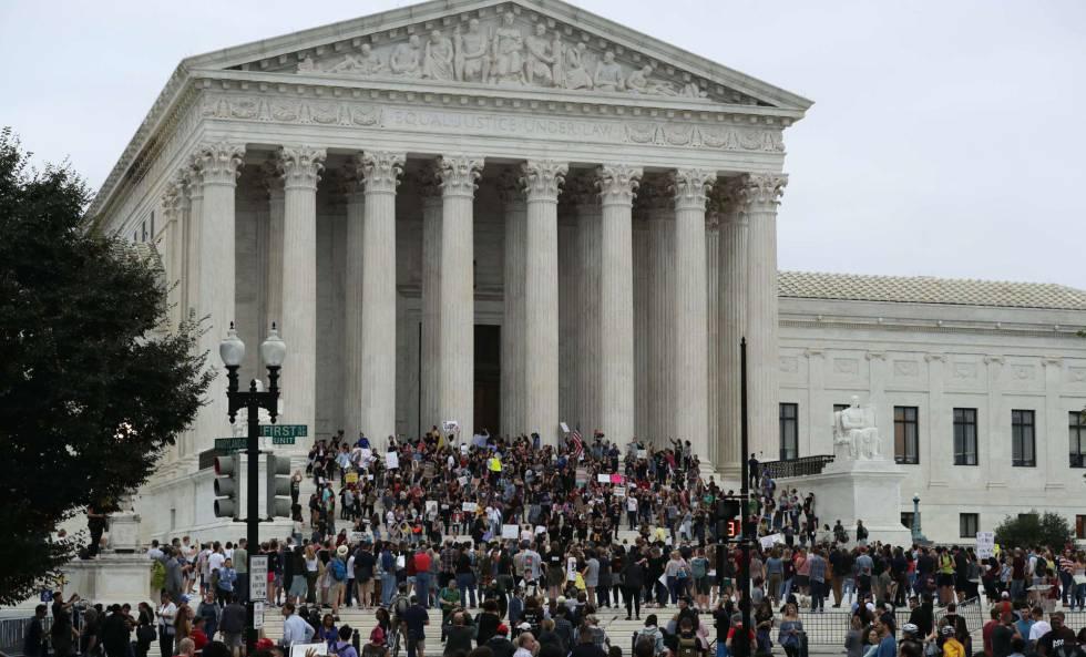Manifestantes en contra de la nominación del juez Kavanaugh protestan ante la sede del Tribunal Supremo en EE UU.