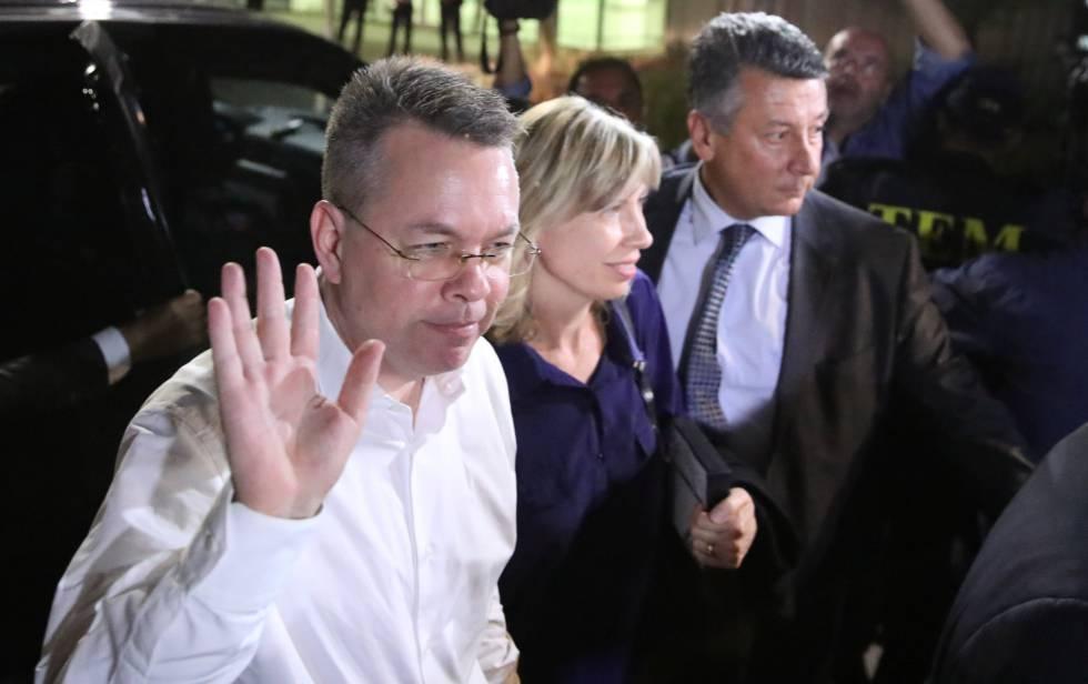 Brunson y su esposa llegan al aeropuerto de Esmirna.