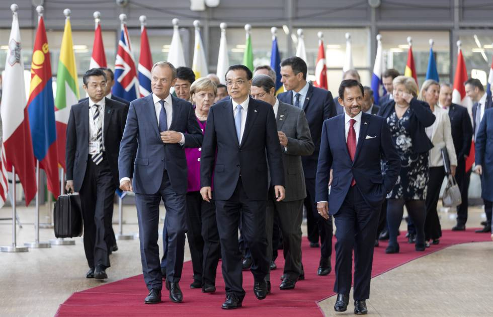 Los líderes europeos y asiáticos durante la 12 cumbre ASEM en Bruselas.