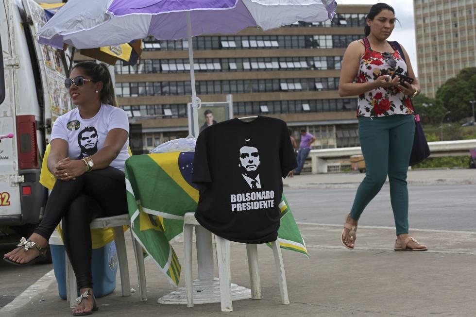 Una seguidora de Bolsonaro vende camisetas del candidato ultraconservador en Brasilia.