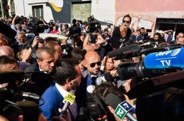 Matteo Salvini durante su intento frustrado por llegar a la casa donde murió Desirée.