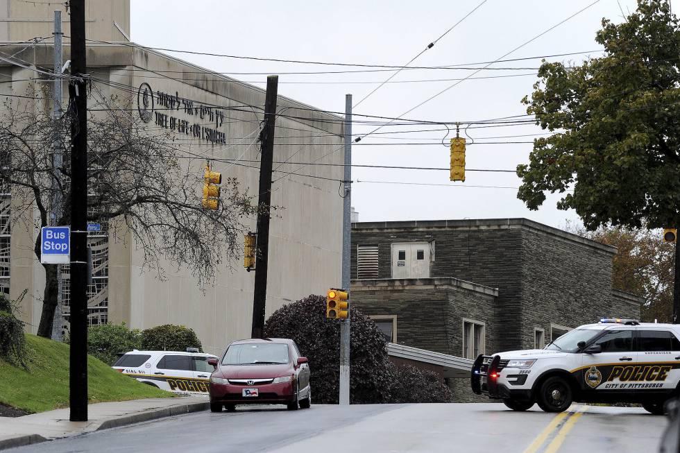 Coches de policía apostados junto a la sinagoga El árbol de la vida, en Pittsburgh.