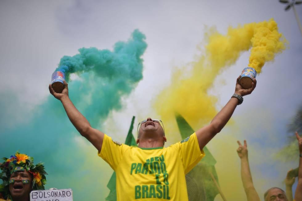 Un seguidor de Jair Bolsonaro durante la jornada electoral.