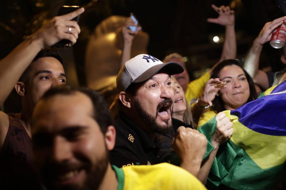 Un seguidor de Bolsonaro celebra la victoria de su candidato en Río de Janeiro.