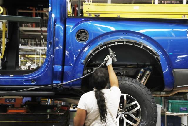 Un trabajador en una fábrica de Ford en Dearborn (Michigan).