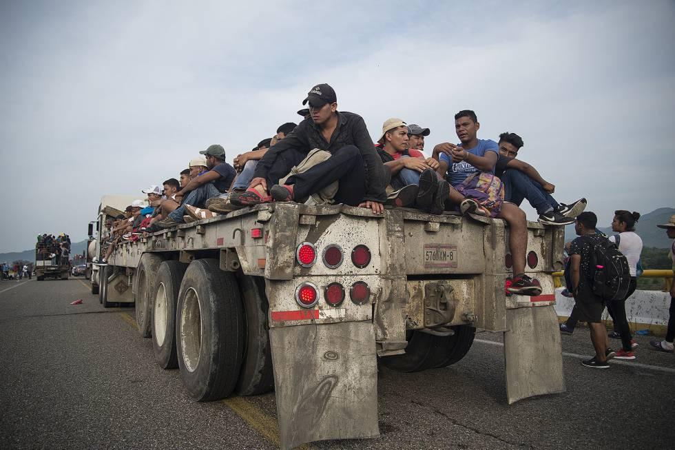 Centroamericanos de la caravana migrante, el sábado en la localidad mexicana de Arriaga (Chiapas).
