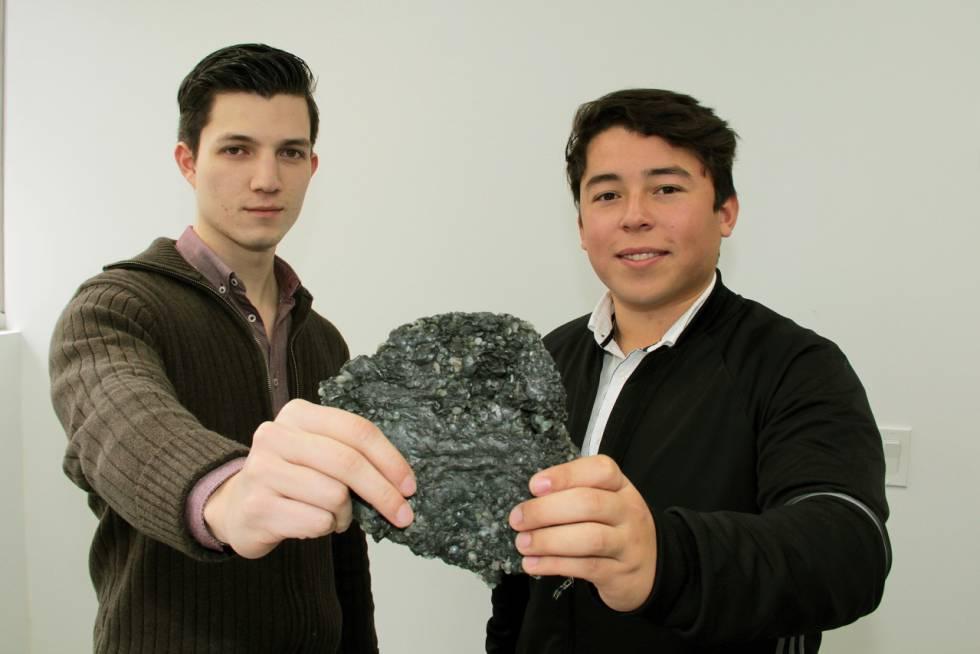 Francisco García Luna y Daniel Mata Martínez sostienen un trozo de polycrete.