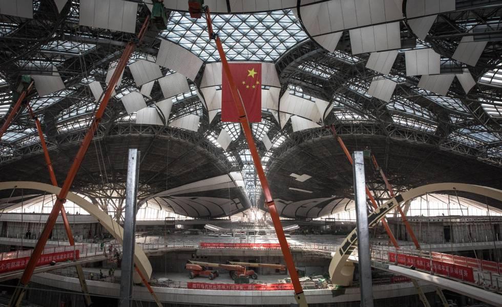 Vista general de la construcción del interior de la terminal del aeropuerto.