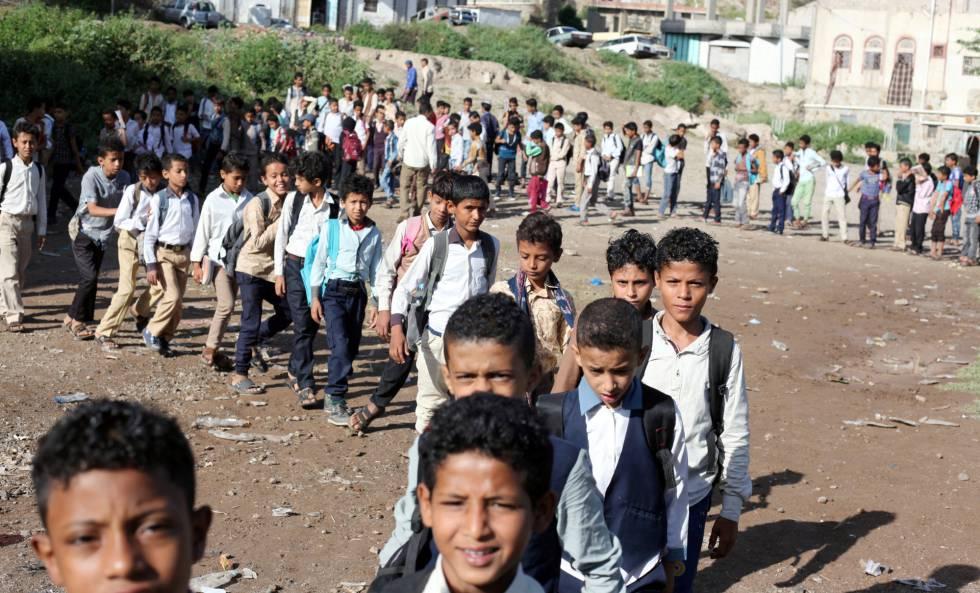 Cola de estudiantes a las puertas de la casa del profesor Adel al Shorgaby, que acoge a 700 alumnos en Taiz (Yemen).