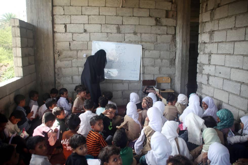Estudiantes en casa del profesor Adel al Shorgaby, que ha acogido a 700 alumnos en su hogar.