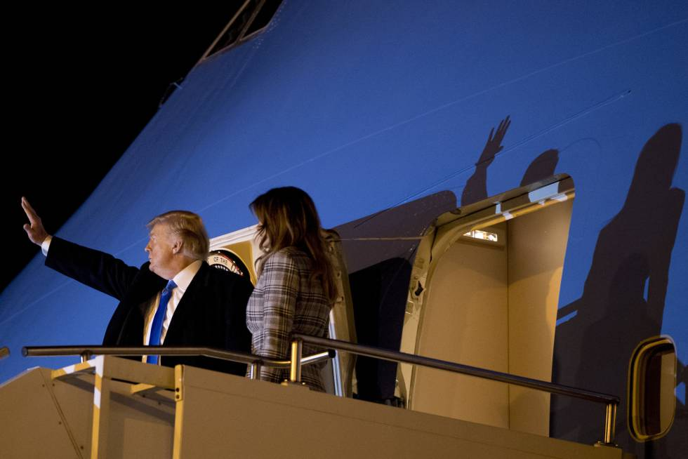 Donald y Melania Trump, en el Air Force One, a su regreso de Piitsburgh.