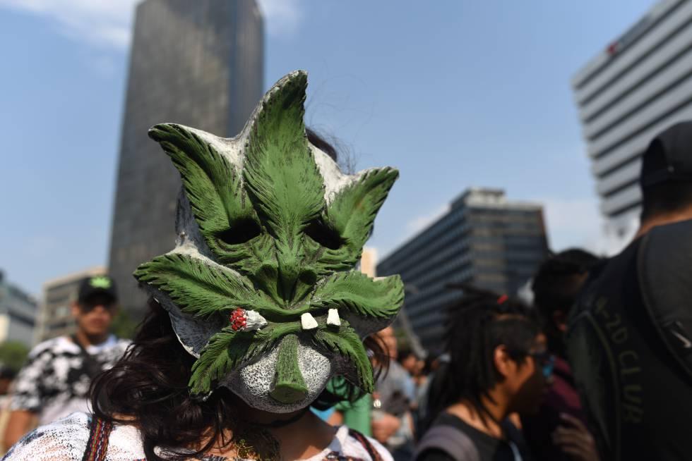 Un manifestante en una marcha promarihuana en Ciudad de México.