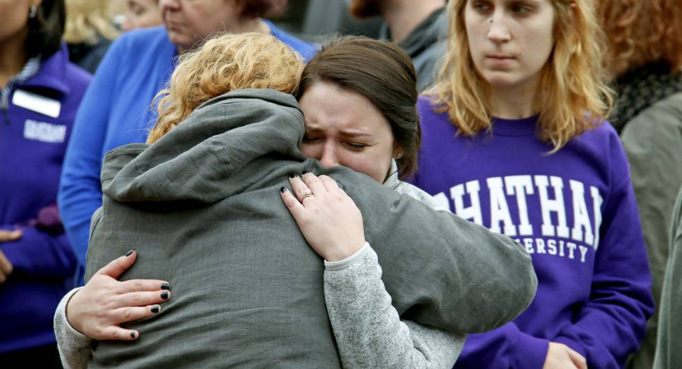 Estudiantes de Chatham University se abrazan durante un homenaje este jueves a las víctimas de la matanza en la sinagoga de Pittsburgh.