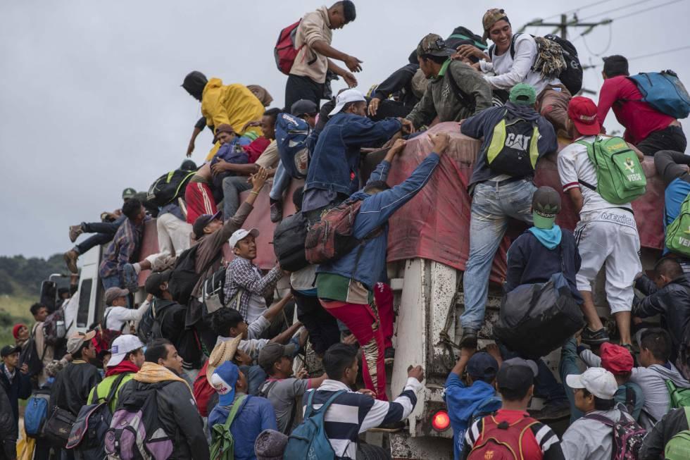 Miembros de la caravana migrante en Sayula, Veracruz (México).