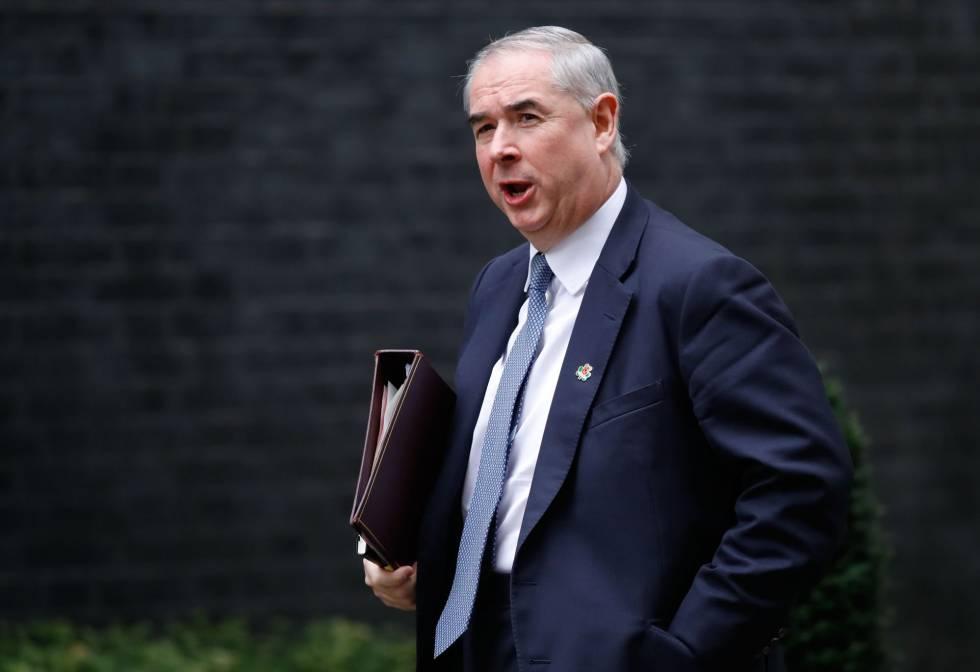 El Fiscal General de Reino Unido, Geoffrey Cox, este martes a su llegada al 10 de Downing Street, la residencia de la primera ministra.