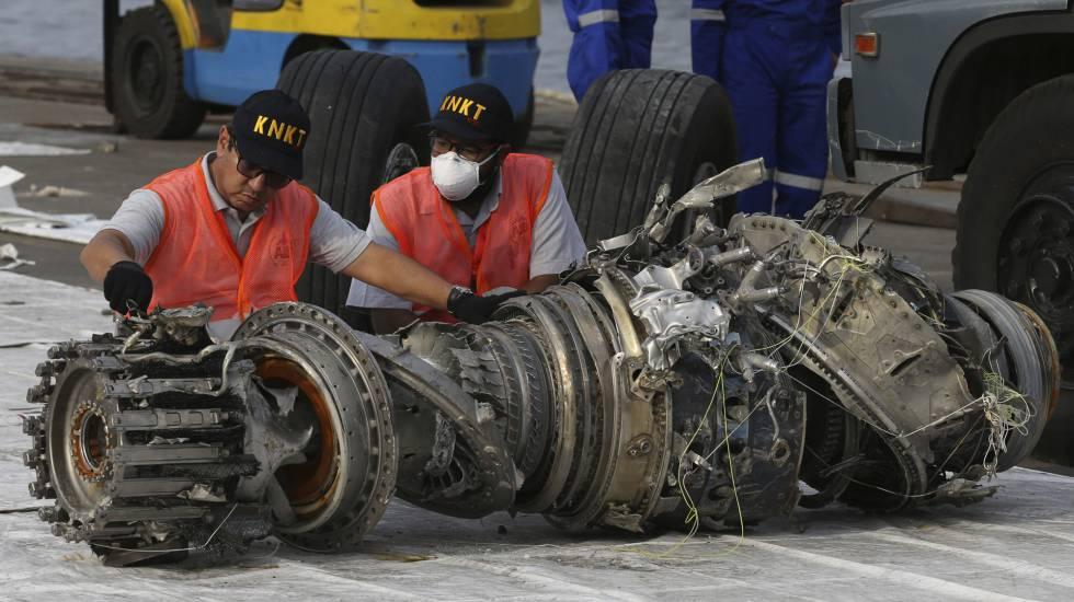 Varios trabajadores inspeccionan un motor recuperado tras el accidente del avión siniestrado el pasado 29 de octubre en el mar de Java, en Indonesia.