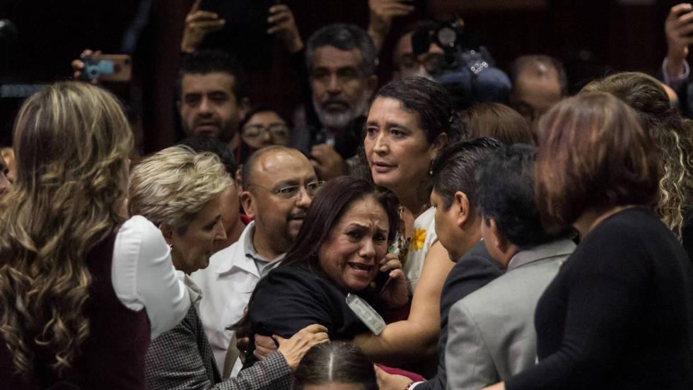 A deputada Carmen Medel, do Morena, ao tomar conhecimento do assassinato de sua filha durante uma sessão do Congresso mexicano.