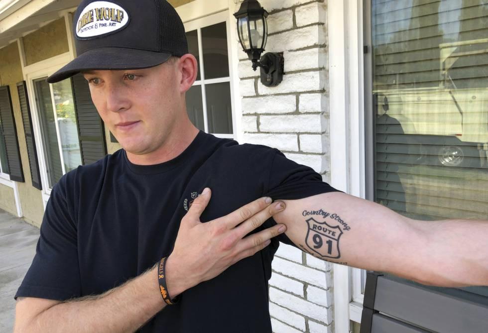 Brendan Kelly, superviviente de Thousand Oaks, muestra una tatuajes del concierto de la masacre de Las Vegas.