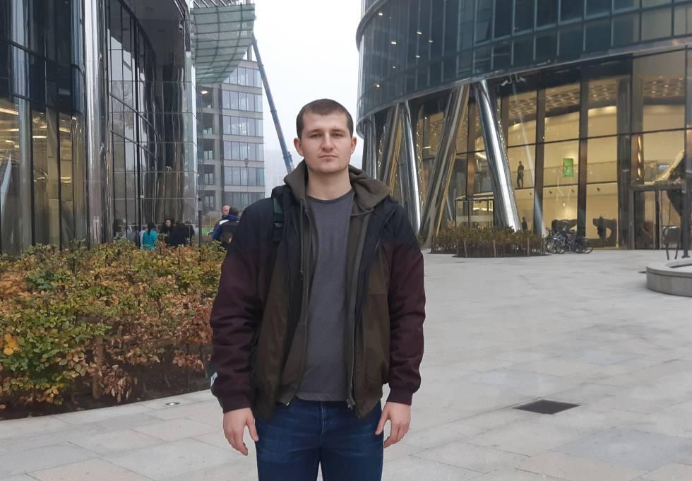 Yuri Khoma trabaja de botones en un hotel y estudia en la universidad. Dejó Ucrania cuando estalló el conflicto con Rusia en 2014.