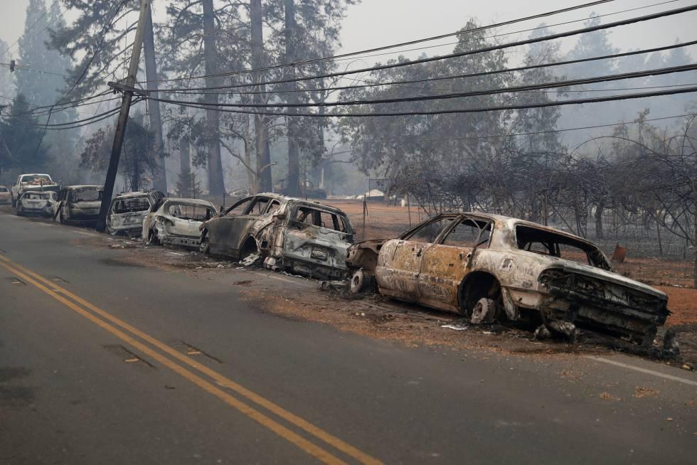 Vehículos calcinados en el incendio de Paradise, California, en el que han muerto cinco personas.